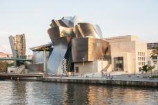 Das Guggenheimmuseum in Bilbao ist ein Museum für moderne Kunst in Bilbao im spanischen Baskenland. Das Gebäude besteht aus Glas, Kalkstein und Titan und liegt am Fluss Nervìon.