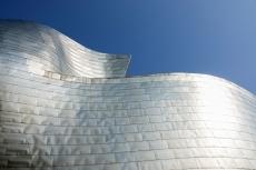 Das Museum ist mit 300 000 Titanblechen verkleidet. Sie wechseln die Farbe mit dem Stand des Sonnenlichts